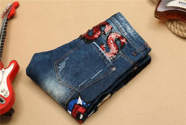 Les nouveaux hommes jeans détresse droite mince garçons jeans déchirés moto avec patchwork détruit la mode trous pantalons en denim broderie Taille: 29-38