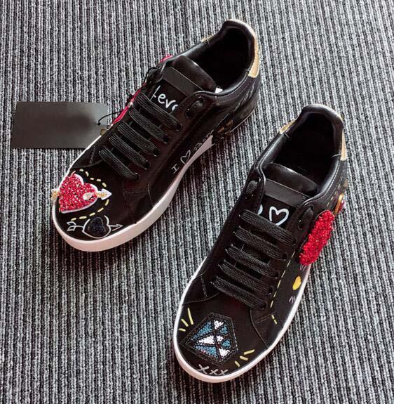 Nuevos planos de cuero Zapatillas de deporte para mujer Clásico Casual Zapatos de marca de lujo Franch Diamante bordado de amor Walking Runnig Durable nn03