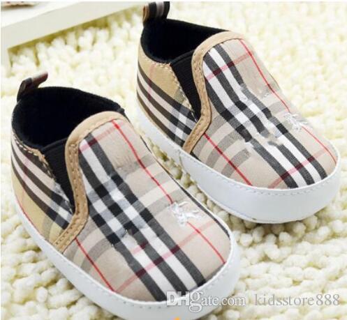 La niña del niño clásico zapatos recién nacido del niño del pesebre del muchacho los zapatos del cochecito de niño suavemente único Prewalker antideslizante primeros caminante