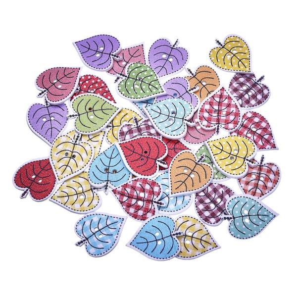Ahşap havlu 50 Adet / takım Ücretsiz Kargo Renkli Akçaağaç Düğmeleri 2 Delik yaprak şeklindeki Düğmeler Scrapbooking Ahşap Dikiş Aksesuarları Knopf