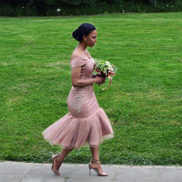 Off Ombro Vestidos de Dama de Honra Curta 2019 Comprimento do chá Sereia Applique Vestidos de Festa de Casamento Do Laço Barato Plus Size Formal Meninas Pageant Vestido