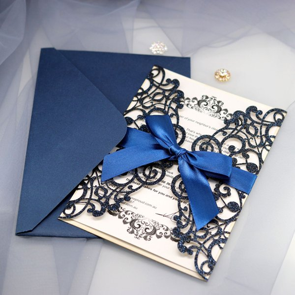 Inviti di busta di nozze formali Fiocco di nastro Imposta paillettes cave 5 colori Spedizione gratuita 100 pezzi Forniture Carte di carta di nozze Disegni