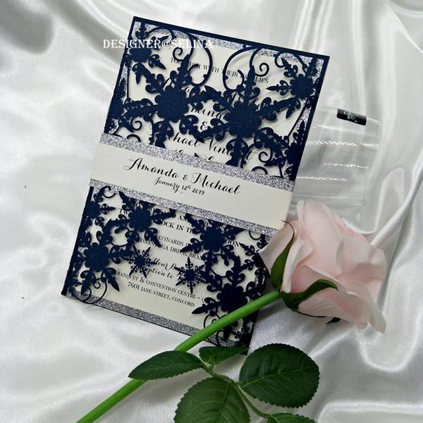 2019 Invito a nozze con taglio laser a fiocchi di neve luccicante blu navy con fondo argento e fascia per la pancia, inviti per Quinceanera