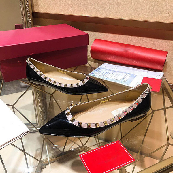 Hot Rivet Talons Hauts Marque Spiked Chaussures plates Femmes De Luxe En Cuir Verni Bout Pointu Robe Chaussures Femmes De Luxe Bouche Peu Profonde Semelle De Mariage