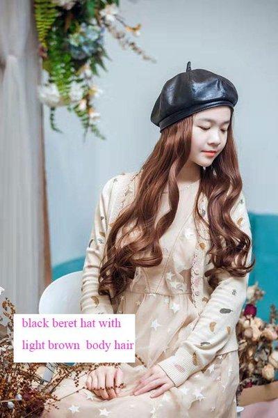 berretto nero con i peli del corpo marrone chiaro
