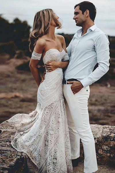 2019 Boho Summer Off Shoulder Bohemien New Beach Abito da sposa senza schienale Pizzo Trasparente Moderno Abito da sposa lungo Coda di pesce casual su misura