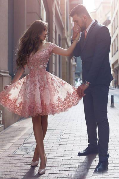 Spalle Dusty Rosa Nuovo Arabesco ritorno abiti Off Lace Appliques Cap maniche corte Backless Prom Dresses Abiti da cocktail