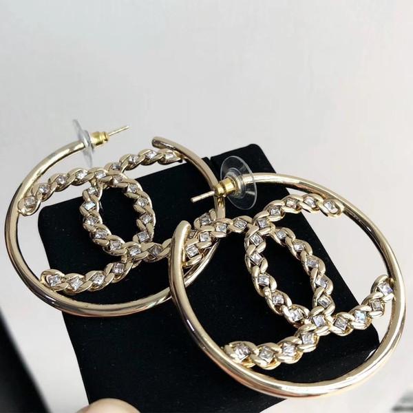Pendiente de aro de latón superior. Calidad de lujo. Forma de gancho chapado en oro de 18K con diamante blanco y logo hueco. Pendientes. Joyas de la marca de la mujer gif.