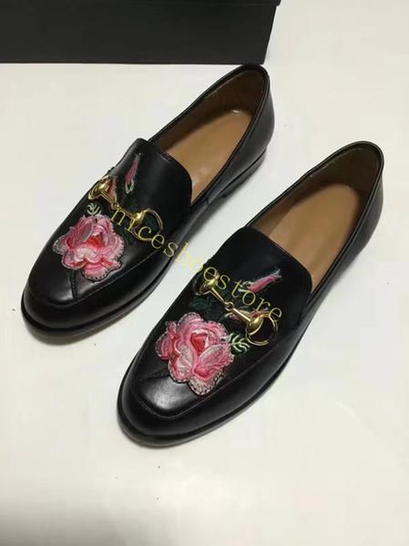 schwarzes Leder mit Blume
