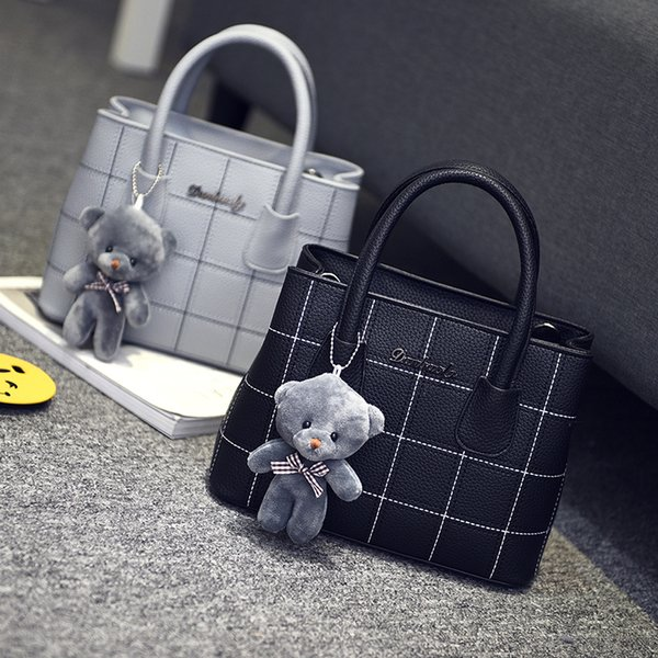 Free shipping, 2018 new woman trend handbags, leisure messenger bag, retro Korean version women bag, fashion bear ornaments flap