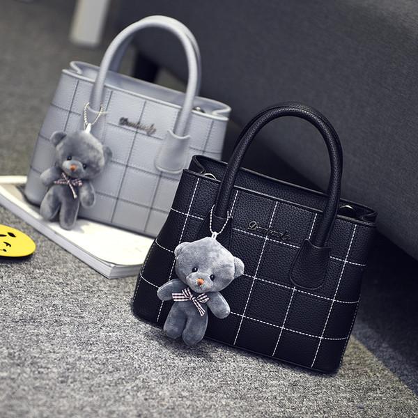 Envío gratis, 2018 nuevos bolsos de tendencia de la mujer, bolsa de mensajero de ocio, versión retro coreana bolso de las mujeres, moda oso adornos solapa