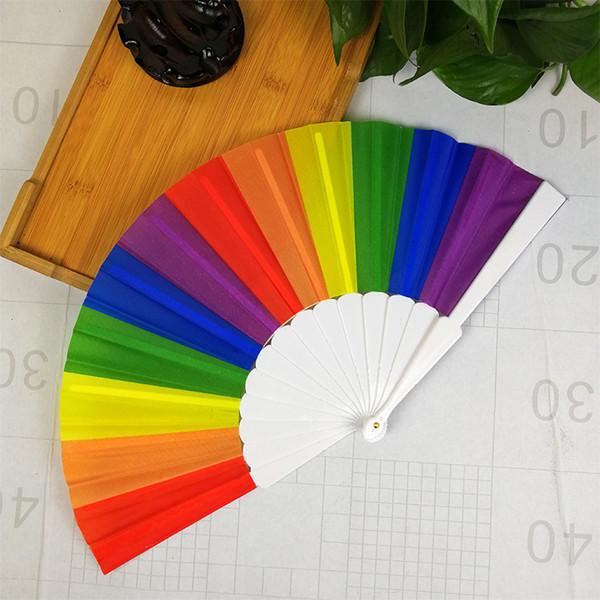 500 UNIDS Rainbow Hand Held Folding Fan Silk Folding Hand Fan Vintage Style Rainbow Design Held Fans Para el cumpleaños de graduación de vacaciones