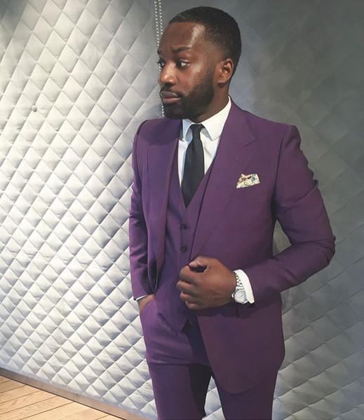 Moda púrpura para hombre trajes de baile con muesca solapa trajes de boda para hombres Groomsman Tuxedos tres piezas un botón Blazers chaqueta + pantalones + chaleco