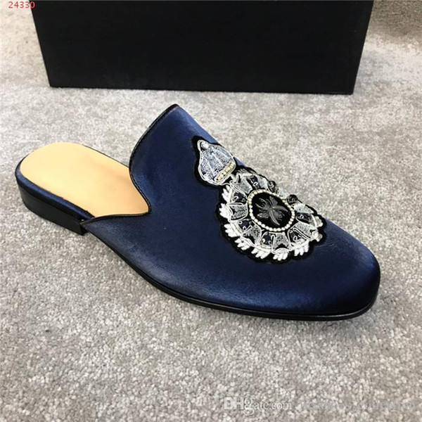 Herren Obermaterial aus Samt mit Ledersohle, Trend Outdoor Slippers mit Wappenstickerei Made in Italy Size 38-44