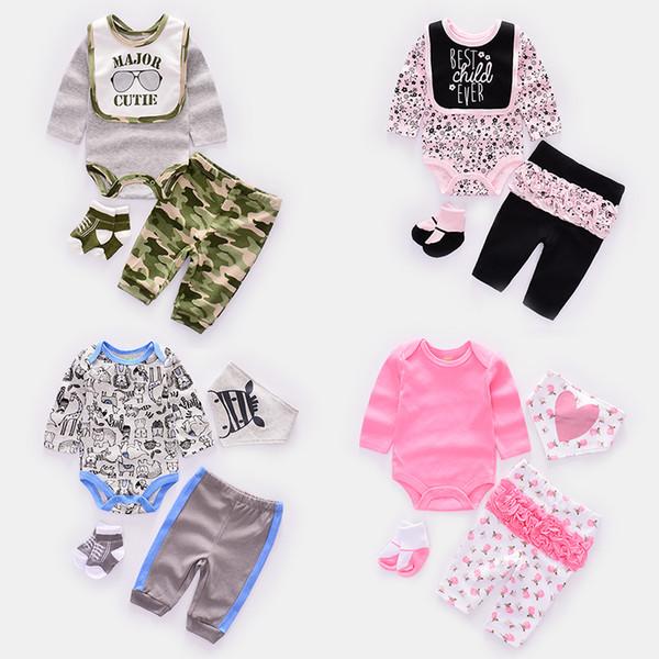 4 шт. / Компл. Милый ребенок комплекты одежды новорожденного мальчика одежда новорожденных девочек костюм малыша малыша с длинным рукавом комбинезон + брюки + носки + нагрудник / кепка Y19050801