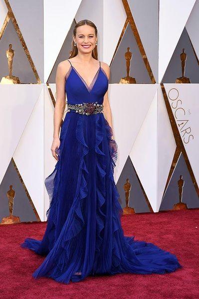 Brie Larson 2019 Oscar Ünlü Elbiseleri Kraliyet Mavi Pileli A Hattı Sheer V Yaka Organze Pageant Abiye Gelinlik Modelleri