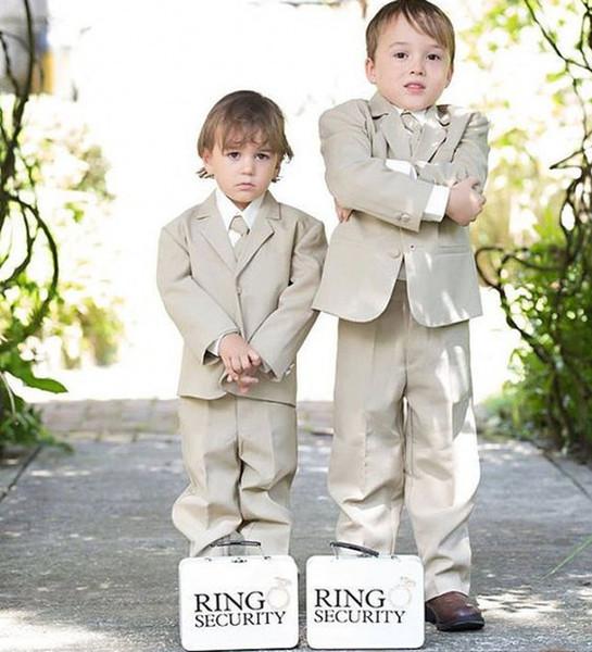 Traje beige Portador del muchacho Ropa formal Vestidos de los niños de los niños para el banquete de boda Traje de los niños Conjunto del muchacho (chaqueta + pantalones + arco) Por encargo