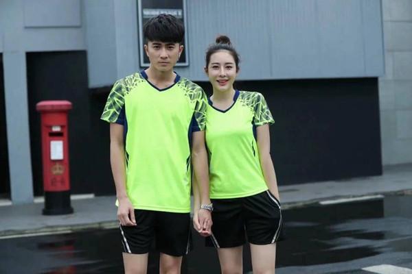 Trägt schnelles trockenes breathable Badmintonhemd zur Schau, Frauen-Mann-Tischtennisteam, das Eignungsübungstraining fluoreszierende T-Shirts laufen lässt