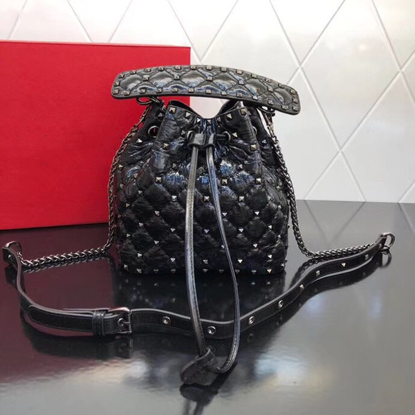 2019 explosion bucket bag, made of imported lambskin, embellished with small rivets, with detachable handle, with detachable sliding chain,