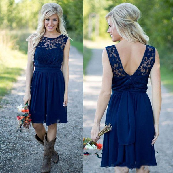 Style campagnard 2019 Date Royal Blue en mousseline de soie et dentelle robes de demoiselle d'honneur occidentales courtes pour les mariages pas cher dos nu au genou longueur Casual