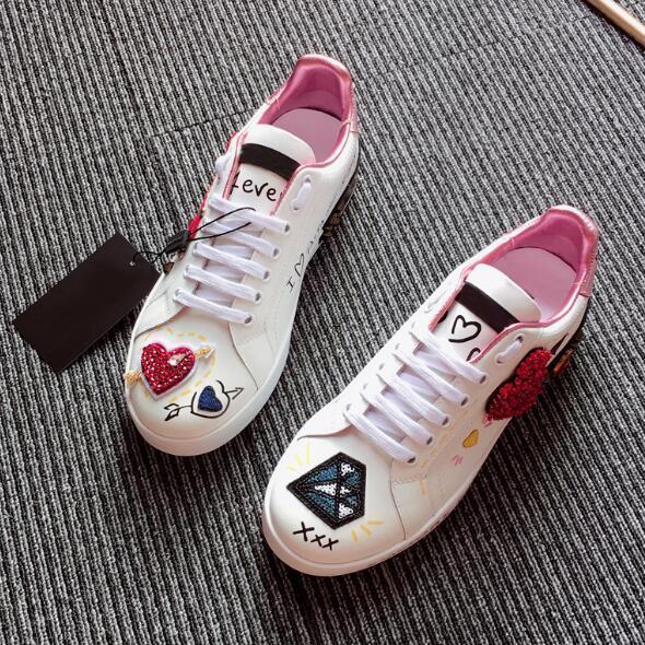 Nuevos planos de cuero Zapatillas de deporte de diseñador Mujeres Clásico Casual Franch de lujo Zapatos de marca Bordado de diamantes de amor Walking Runnig Durable nn02