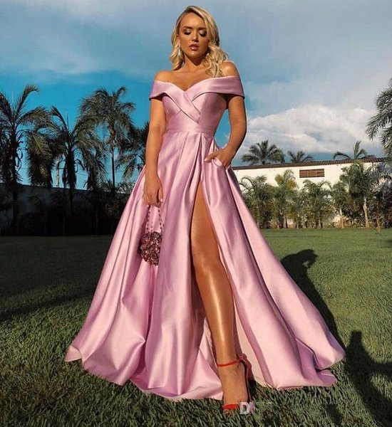 2019 El más nuevo rosa fuera del hombro Vestidos de baile Sexy Side Split Satén elástico Una línea Tren de barrido Ocasión formal Vestidos de noche simples