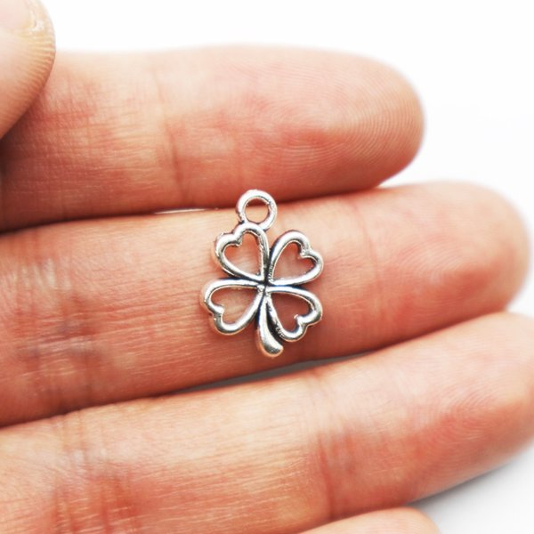 Venta caliente 40 unids de metal antiguo de plata encantos trébol de cuatro hojas encantos colgante para los resultados de la joyería del collar