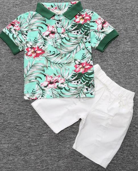 camiseta verde + calça branca, sem cinto