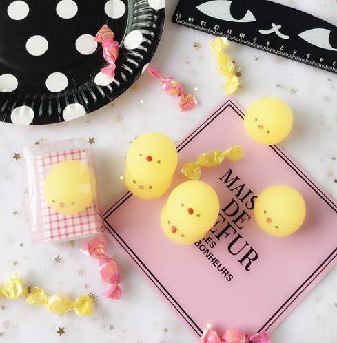 Dos desenhos animados macio bonito pequeno pato amarelo aberturas dom criativo dois yuan ventilação descompressão brinquedo pintinho criativo moda casa decoração brinquedos