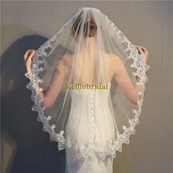 The Most Beautiful Lace Edge Wedding Veils With Comb Ivory White Single Layer Head Pieces Fingertip Length Short Length Bridal Veil