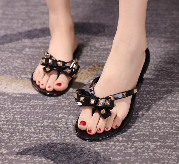 Hot 2018 Moda Mulher Flip Flops Sapatos de Verão Fresco Praia Rebites grande arco sandálias planas Marca geléia sapatos sandálias meninas tamanho 36-41