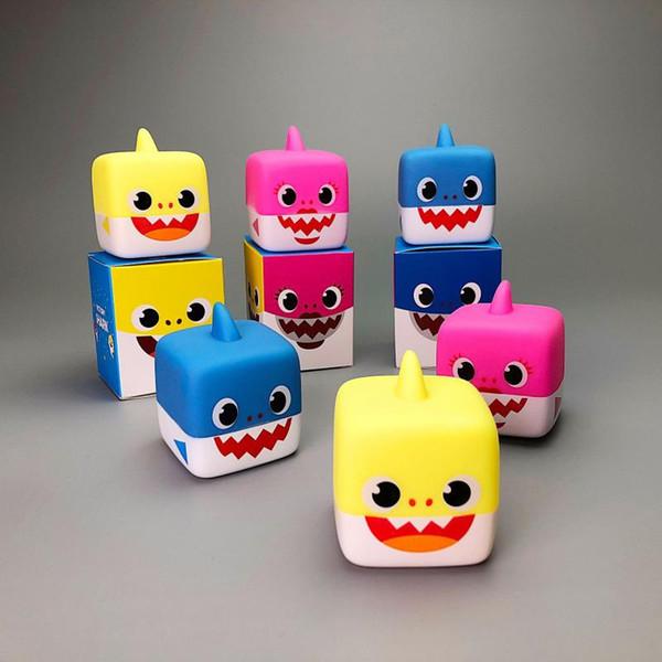 Muñecas suaves de dibujos animados Juguetes para bebés Tiburón con luz Muñeca linda para bebés Juguete de baño de tiburones Muñeca Cantando canción inglesa para regalo MMA1400