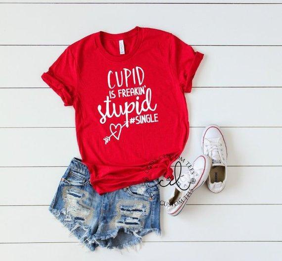 Amor ist freakin dummes einzelnes Hipster-T-Shirt Lässige rote Kleidung Mädchen Graphic Tee Slogan Amor Herz Pfeil Valentine Day Shirt