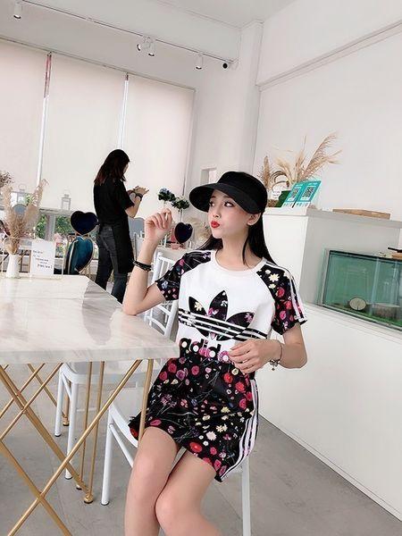 Traje de dos piezas de falda de manga corta para mujer Tres barras llenas de estampado floral con inyección directa digital Moda estilo casual
