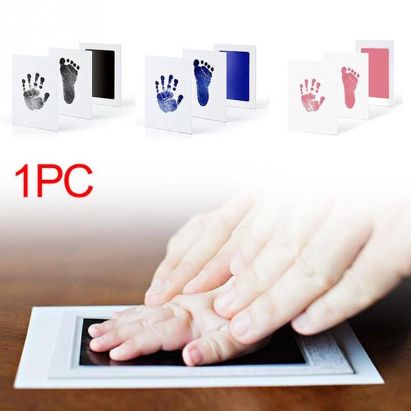 Souvenir de retouche d'empreinte de main lisse de bébé avec l'empreinte de tampon encreur de cadre