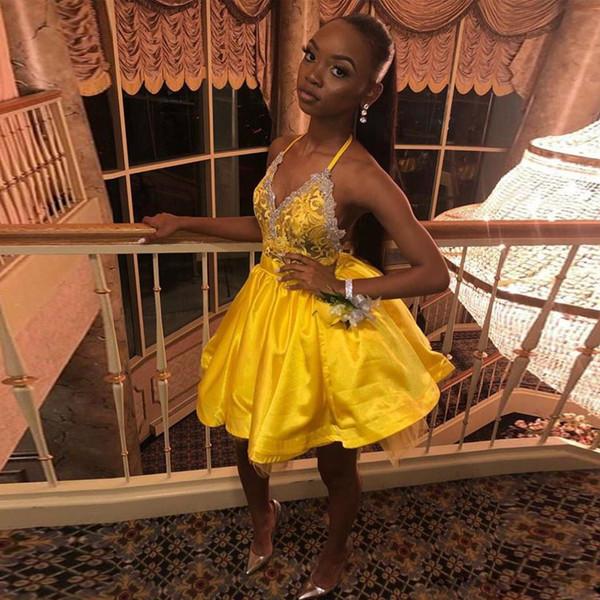 Charmante jaune halter mini robes de bal retour appliques de dentelle dos nu robe de bal courte en satin plis jupe robes de cocktail