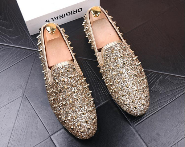 2019 Brand New Hot Sale Men Shinny Glitter Flat Shoes Gold Spike Men Loafers Slip On Rivets Prom Party Wedding Dress Shoes Silver Red Blue