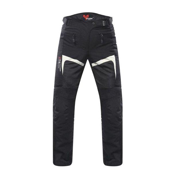 seulement un pantalon noir