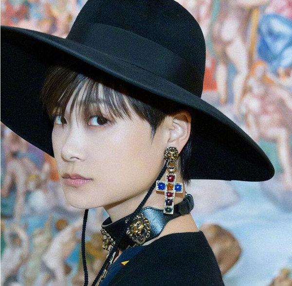 2019 Europe and the United States big card show model color drop oil cross earrings domineering lion head exaggerated earrings Li Yuchun wit