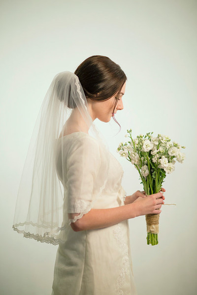 Hot Best Selling Real Picture Elegant One Layer Lace Applique Edge Elbow Length With Alloy Comb Custom White Ivory Wedding Veil