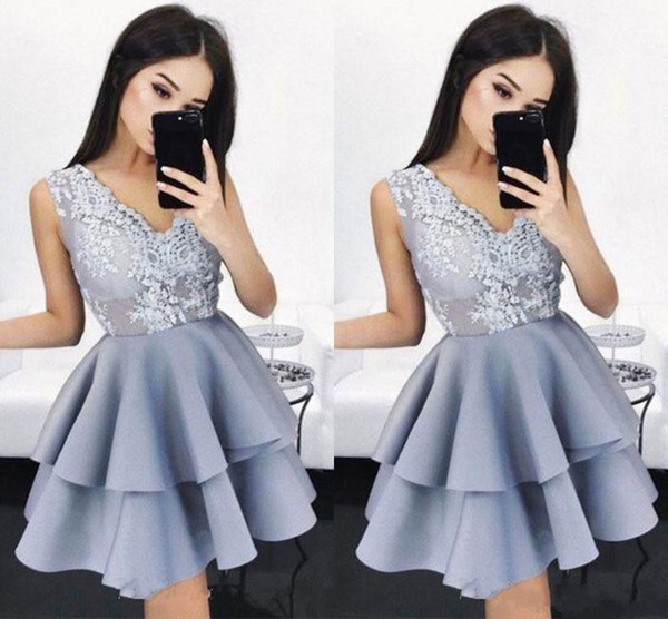 2019 New Tired Mini Short Homecoming Dresses Chic V-Neck Party Gowns Cocktail Dresses Short Prom Dress with Lace Appliques