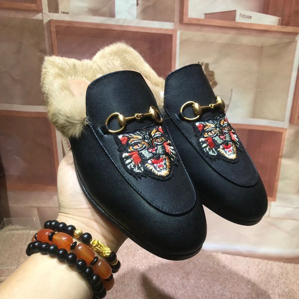 Мужчины Роскошная Тапочки Марка Fur Тапочки женщин из натуральной кожи плоский мулов Обувь Металл цепи Повседневная обувь Мокасины Тапочки Открытый W1