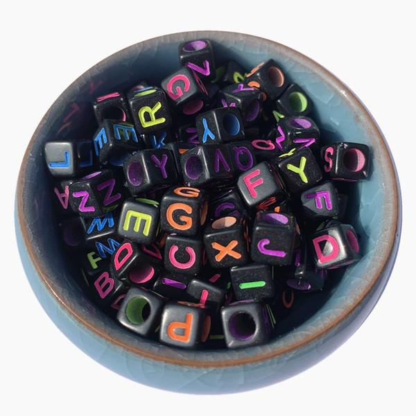 Suelta granos de la letra acrílico 1800pcs 7 * 7 mm cuadrado del cubo colores de neón Inglés Carácter Cuentas Lucite joyería Negro plástico del alfabeto