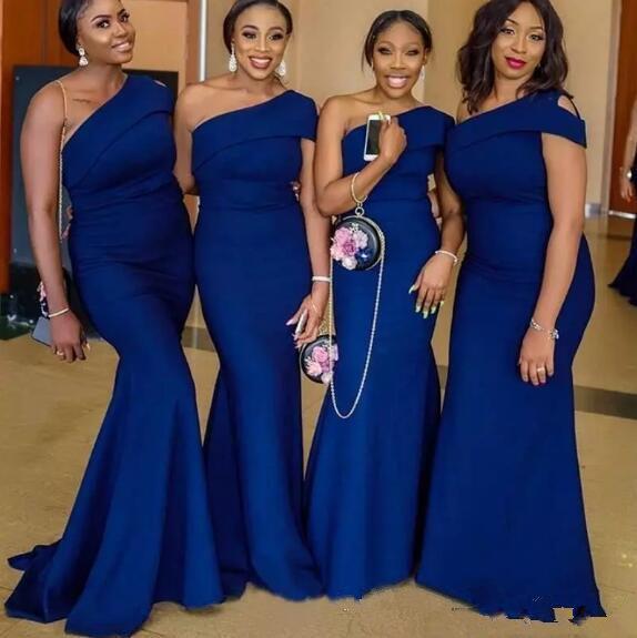 Vestidos de dama de honor de sirena de un solo hombro azul real Tren de barrido Vestidos de invitados de boda de país africano simple Vestido de dama de honor talla grande