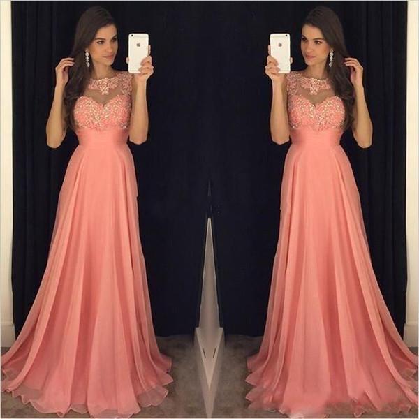 Barato Plus Size Coral Rosa Uma Linha Da Dama De Honra Vestidos Chiffon Jóia Do Pescoço Rendas Apliques Frisado Até O Chão Vestidos Madrinhas de Honra Vestidos de Festa de Casamento