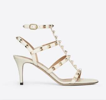 Diseñador del dedo del pie puntiagudo tachuelas remaches de cuero de las sandalias de las mujeres tachonadas zapatos de vestir de tiras de san valentín 10 CM 6 CM zapatos de tacón alto 44522