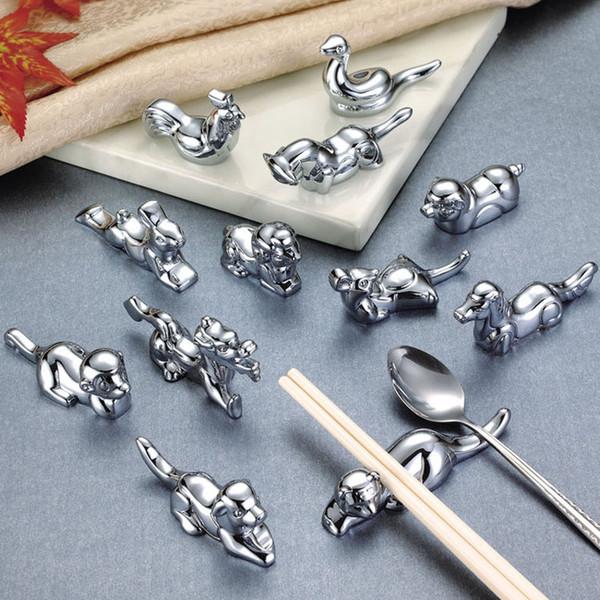 12 unids / set palillos de metal titular resto barra de la cocina decoración de la mesa accesorios de aleación de zinc estilo chino doce palillos de zodiaco almohadas