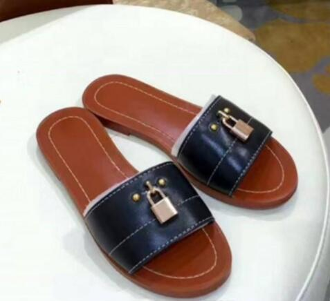 2019 Sandalo da donna in metallo Lock It Flat Ciabatte da bagno Designer Slides Sandali da donna in vera pelle per l'estate. Infradito da spiaggia