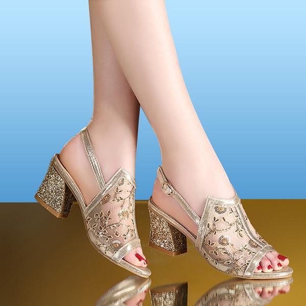 2019 Sandálias de Verão de Ouro Aberto Sandália Do Dedo Do Pé Vestido de Renda Sapatos Das Mulheres Sandálias de Salto Alto Quadrado Bombas de Salto Alto Senhoras Sapatos 66H85
