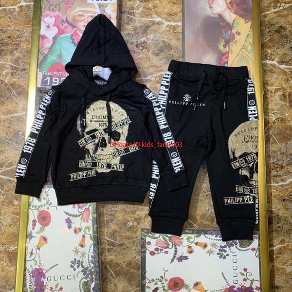 2019 Conjunto de sudadera con capucha para niños ropa de diseñador para niños patrón de calavera sudadera con capucha + pantalones 2 piezas diseño de costura de cinta de doble cara conjunto de algodón de otoño